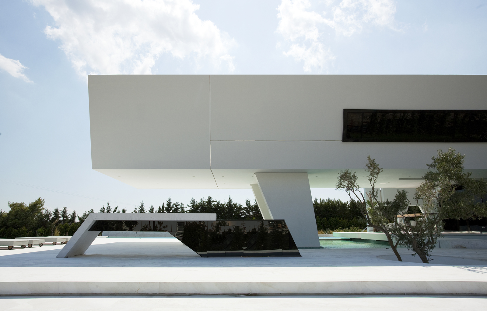 Modern facade of an Impressive Ultra Modern House in Athens
