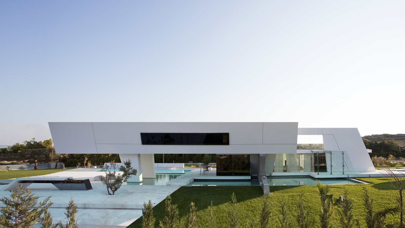 Side facade of an impressive ultra modern house in athens