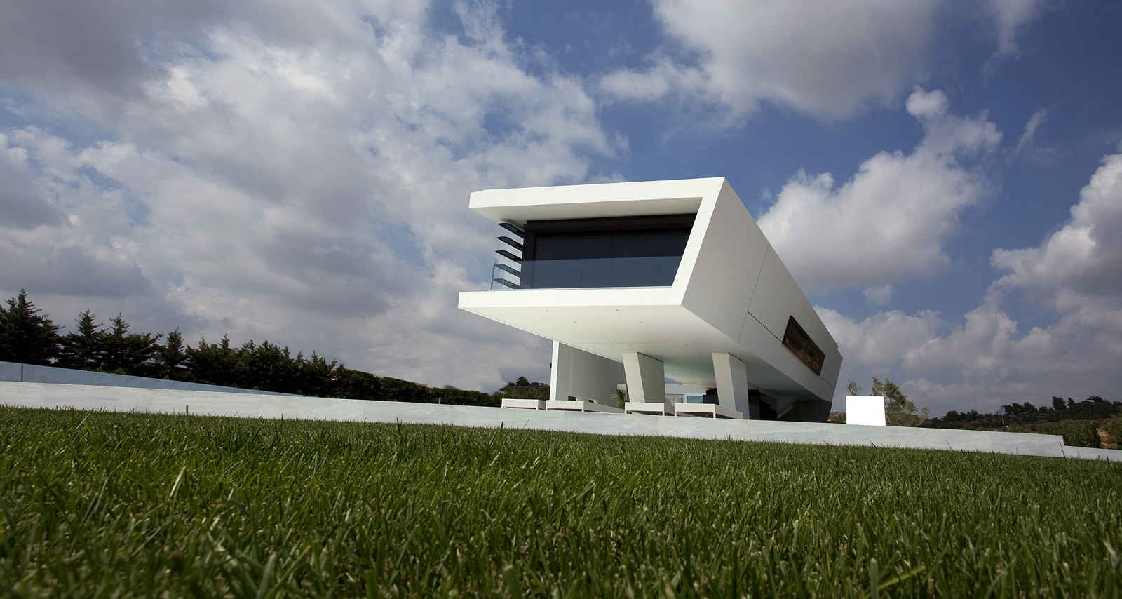 Impressive Ultra Modern House in Athens from the grass