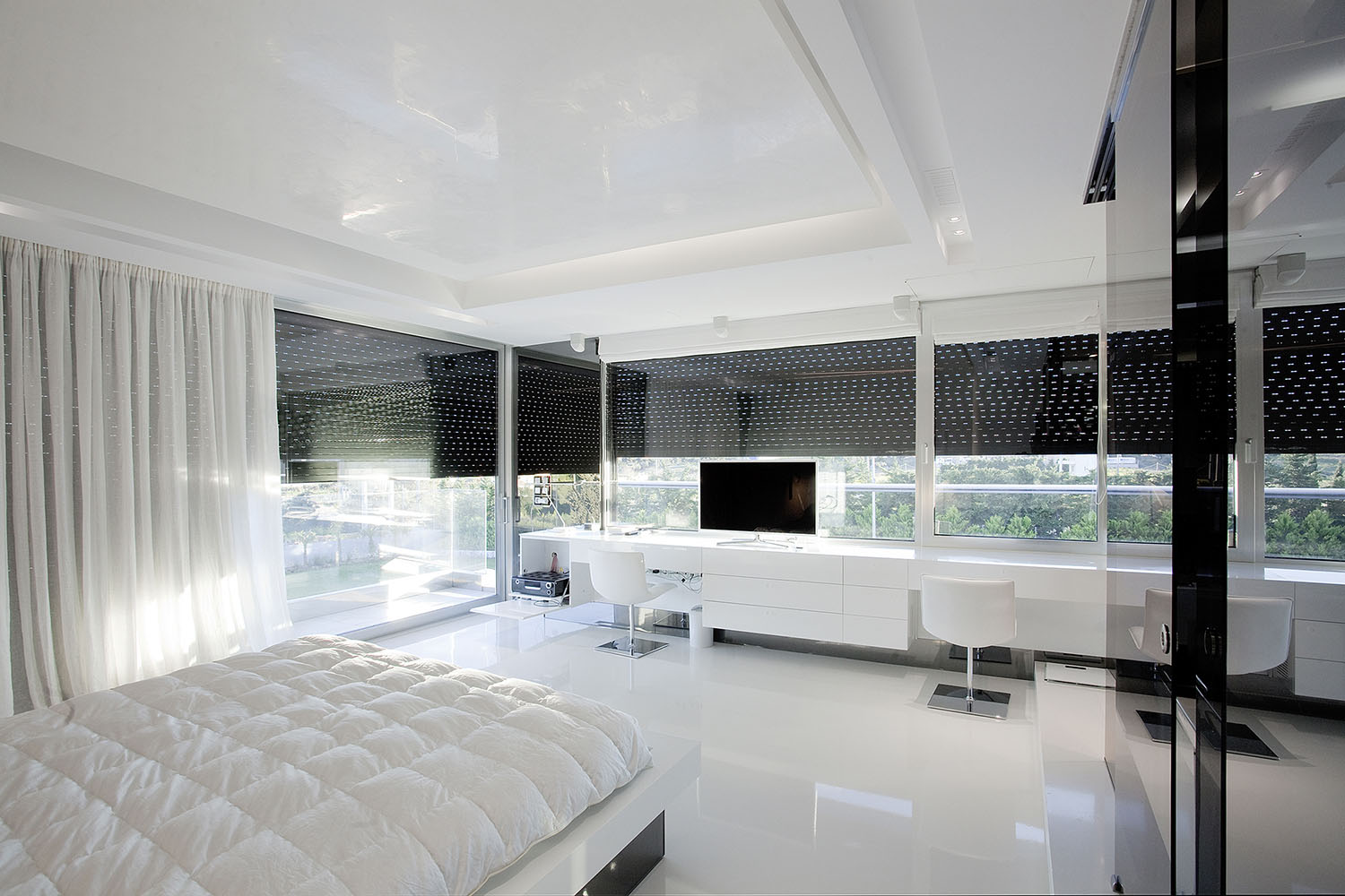 White bedroom in an Impressive Ultra Modern House in Athens