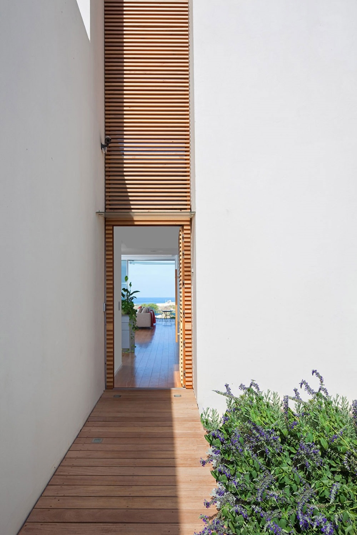 Narrow minimalist entrance