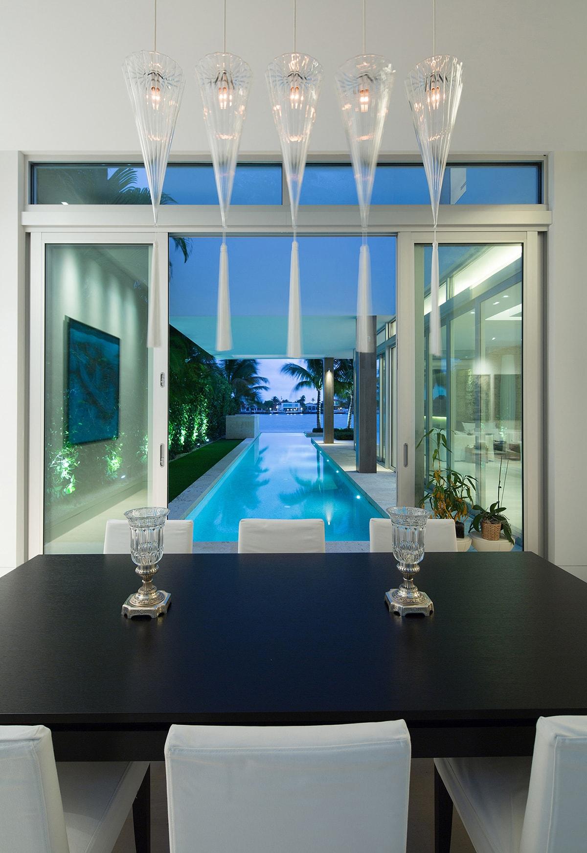 Xem hồ bơi từ phòng ăn