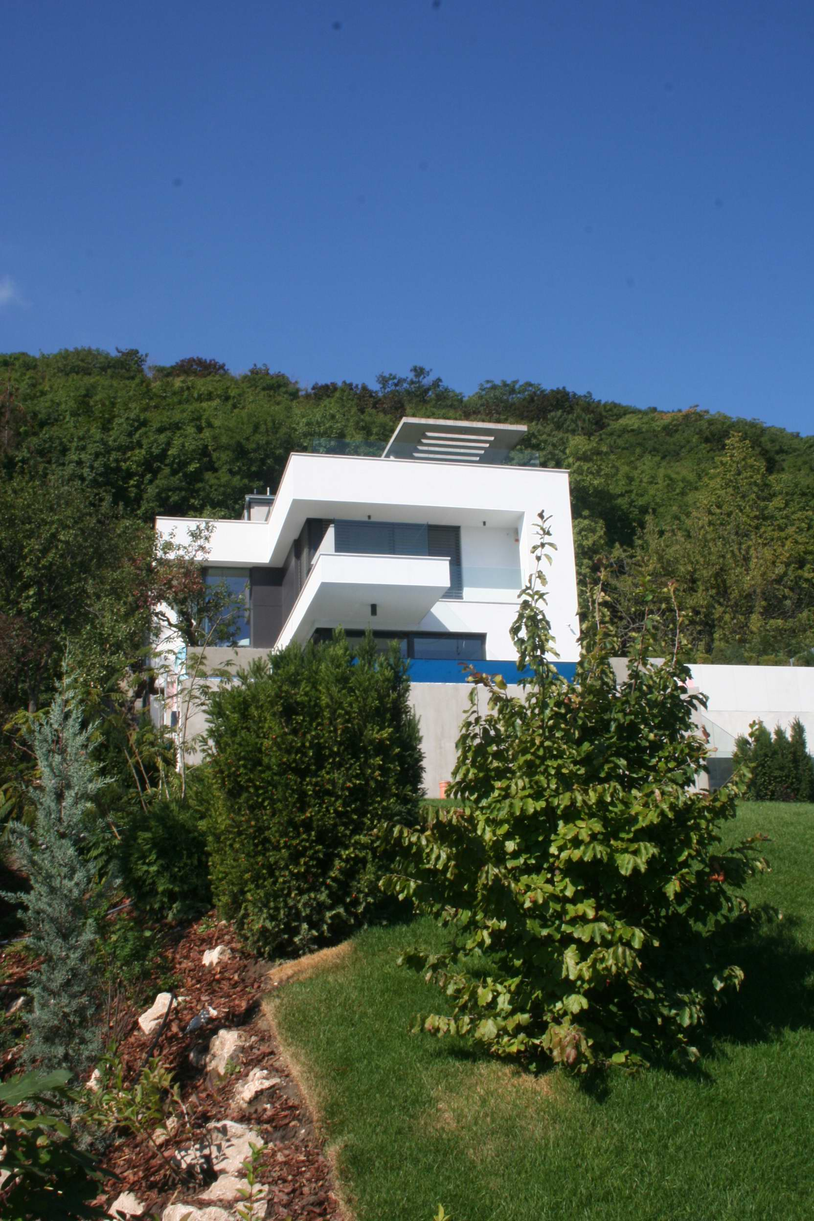 Hillside house above budapest by arx studio architecture for Modern house design on hillside