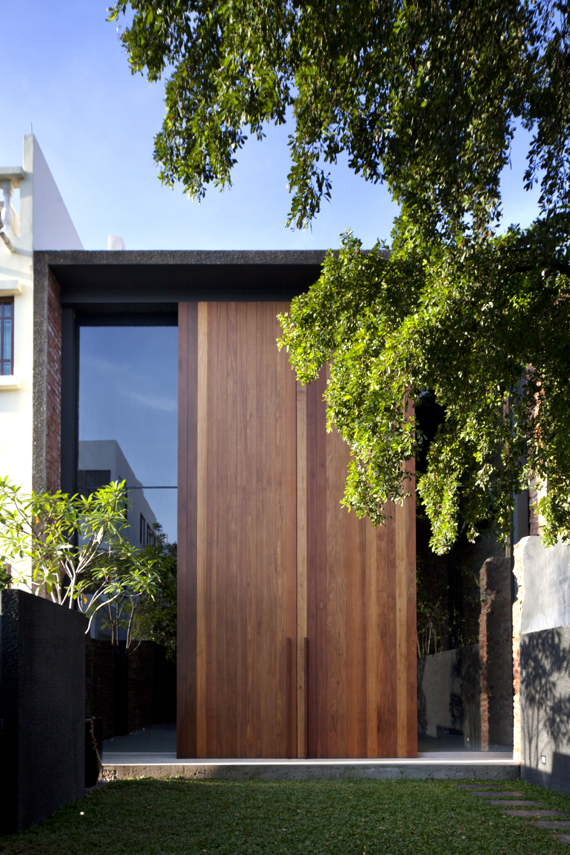 Door designs 40 modern doors perfect for every home for Modern house 40