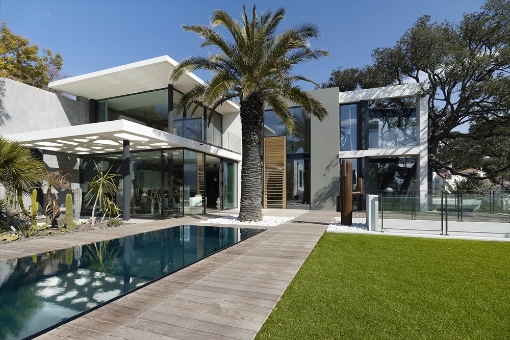 Modern facade defining villa ric in france architecture for Facade villa moderne