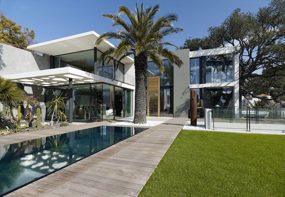 Modern facade defining villa ric in france architecture for Architecture de villa moderne