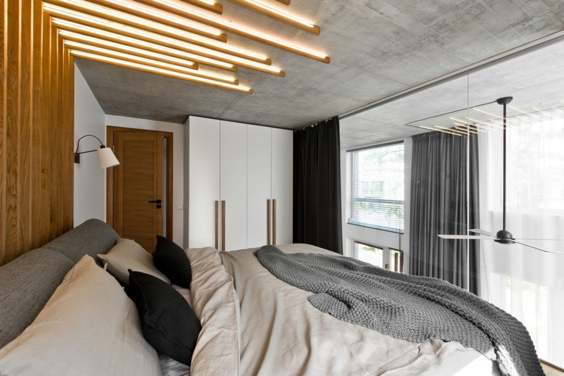 Bed in modern bedroom by InArch