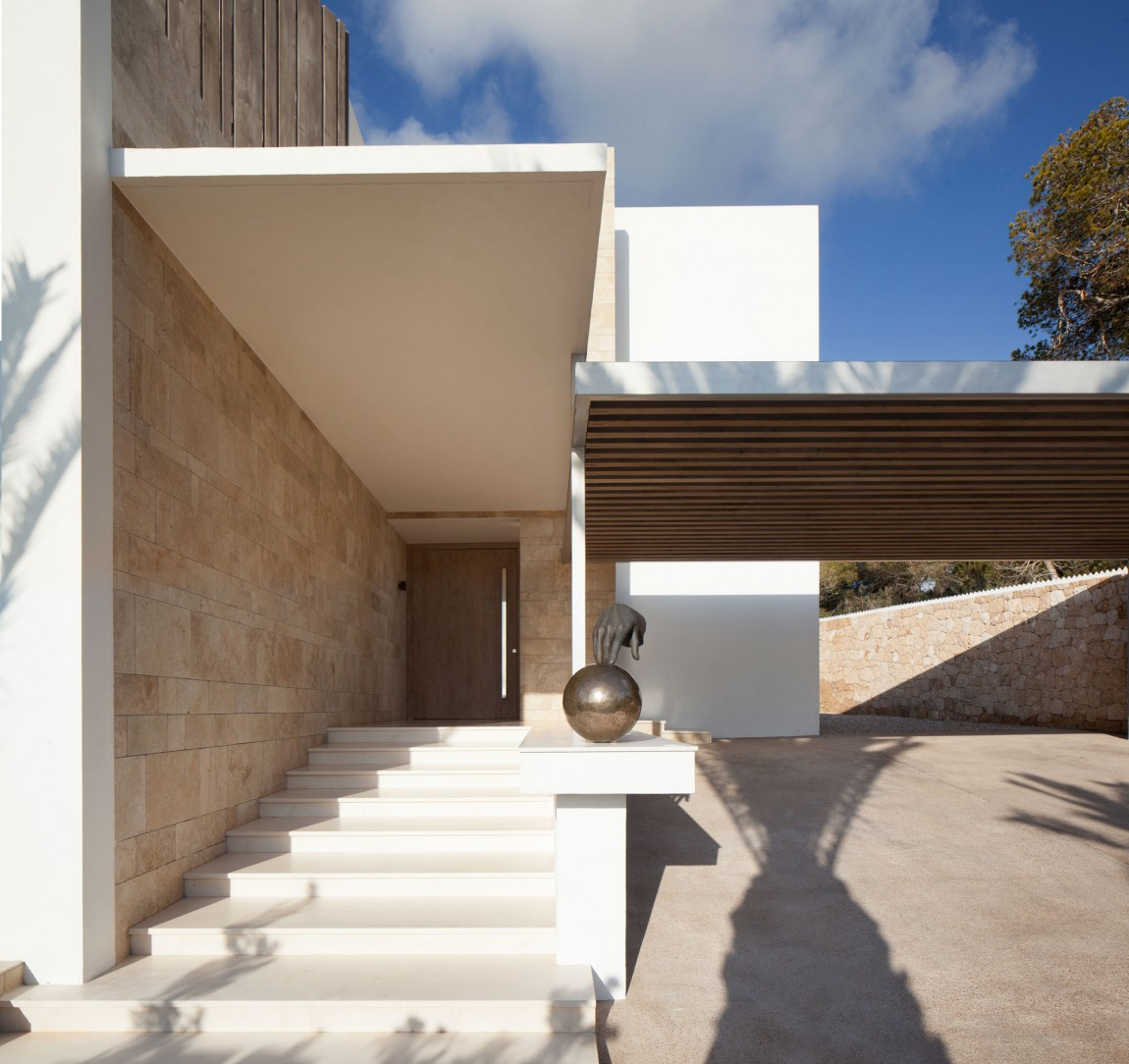 Entrance of modern villa Roca by SAOTA