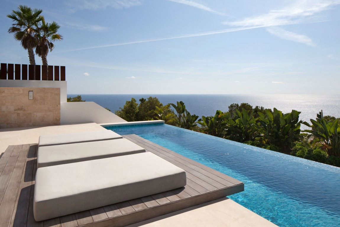 Infinity pool in modern villa Roca by SAOTA