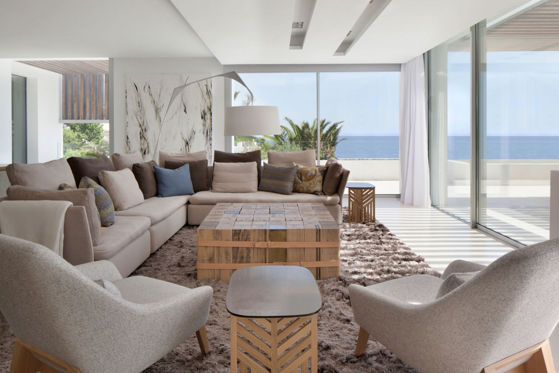 Modern living room design in modern villa Roca by SAOTA