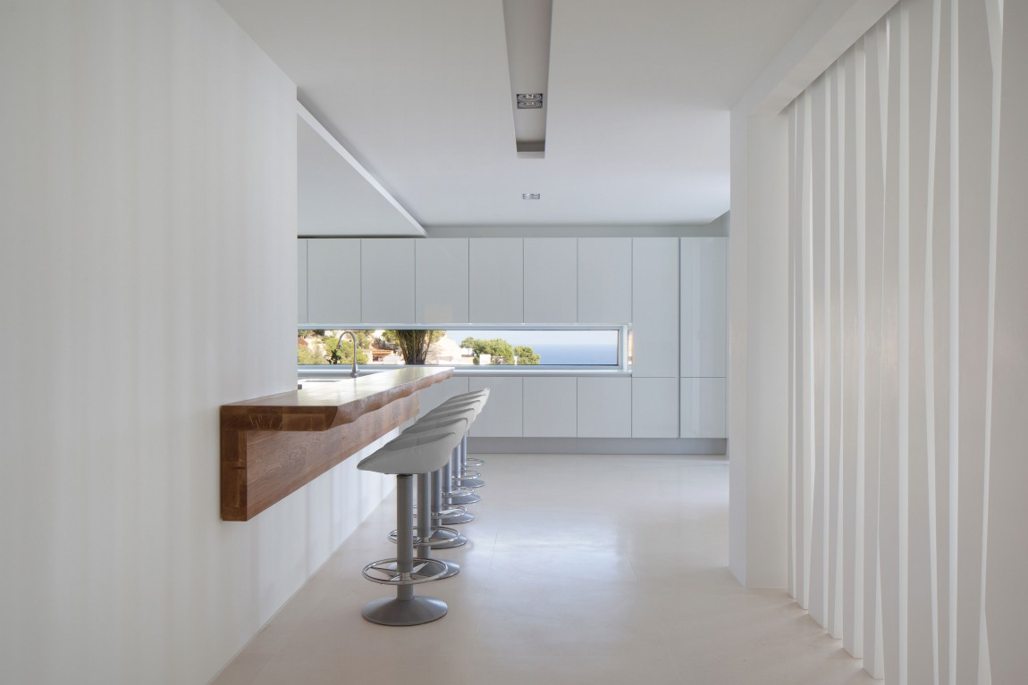 Modern kitchen design in modern villa Roca by SAOTA