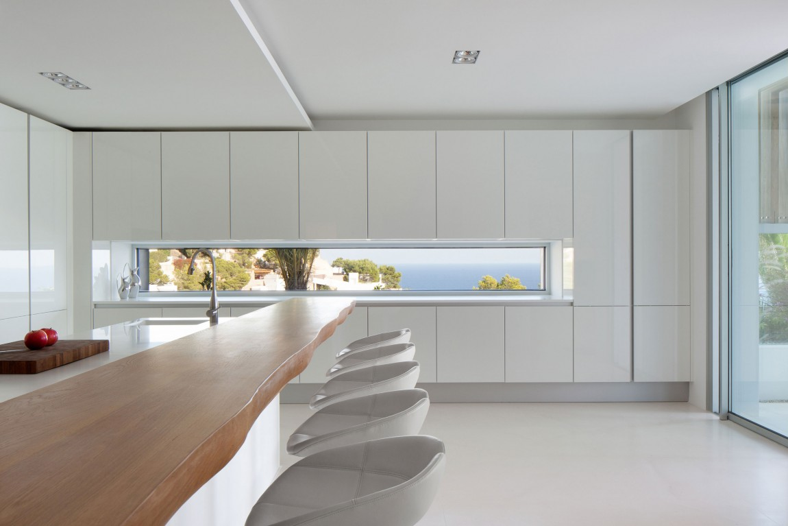 Minimalist kitchen in modern villa Roca by SAOTA