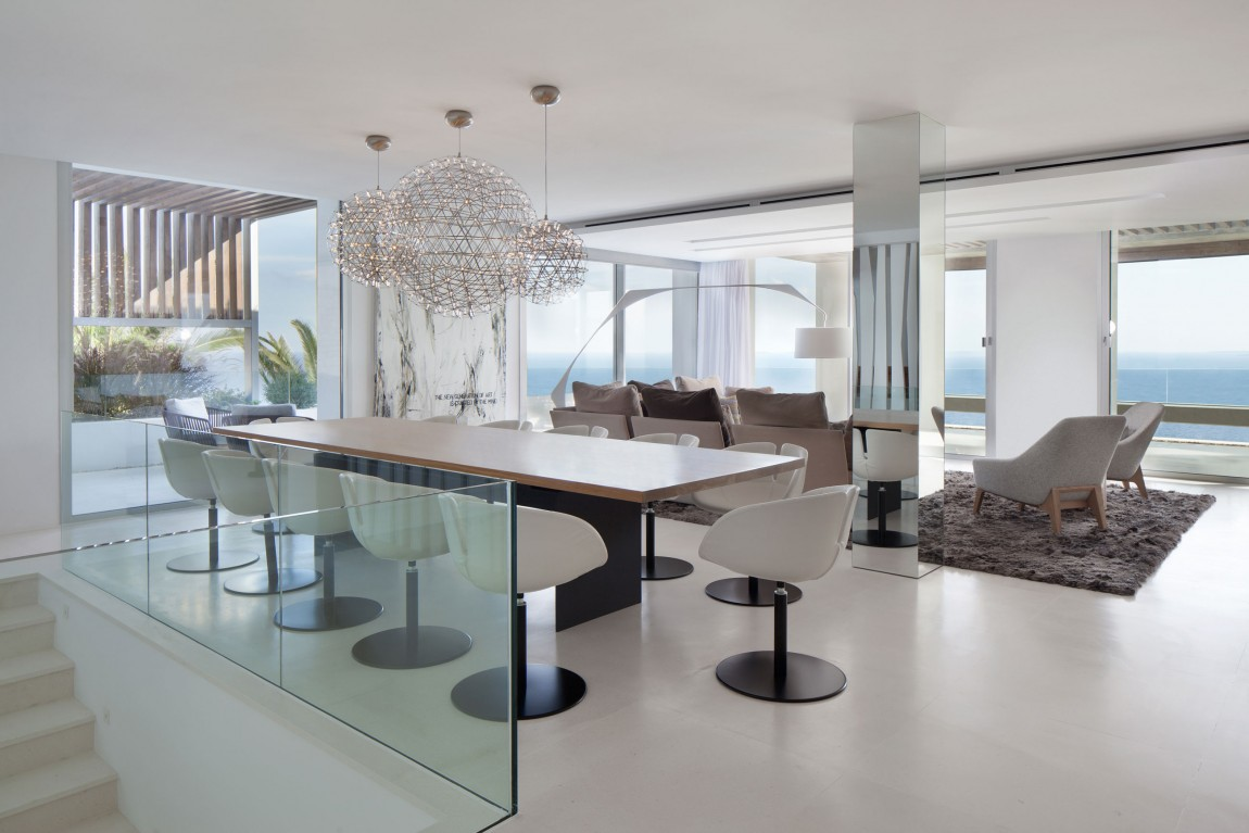 Modern dining room in modern villa Roca by SAOTA