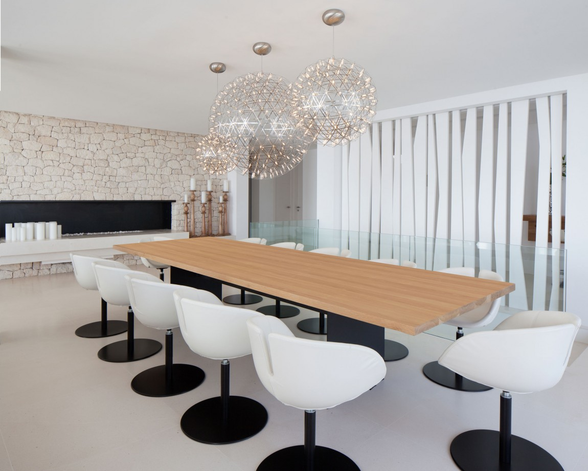 Dining room in modern villa Roca by SAOTA