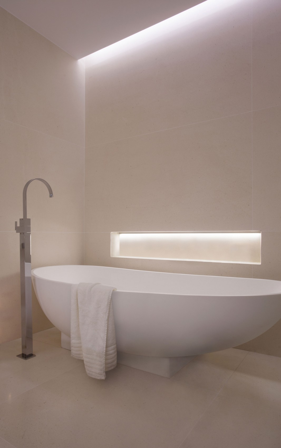 Minimalist bathtub in modern villa Roca by SAOTA