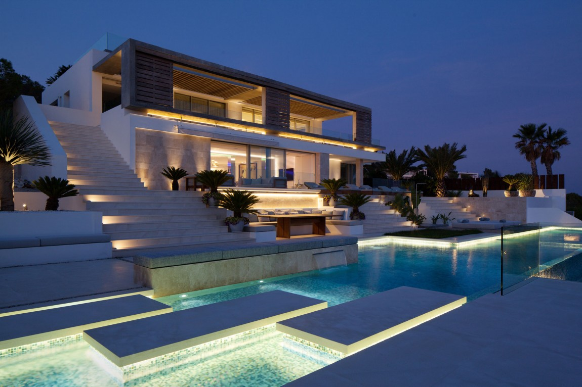 modern villa Roca by SAOTA at night