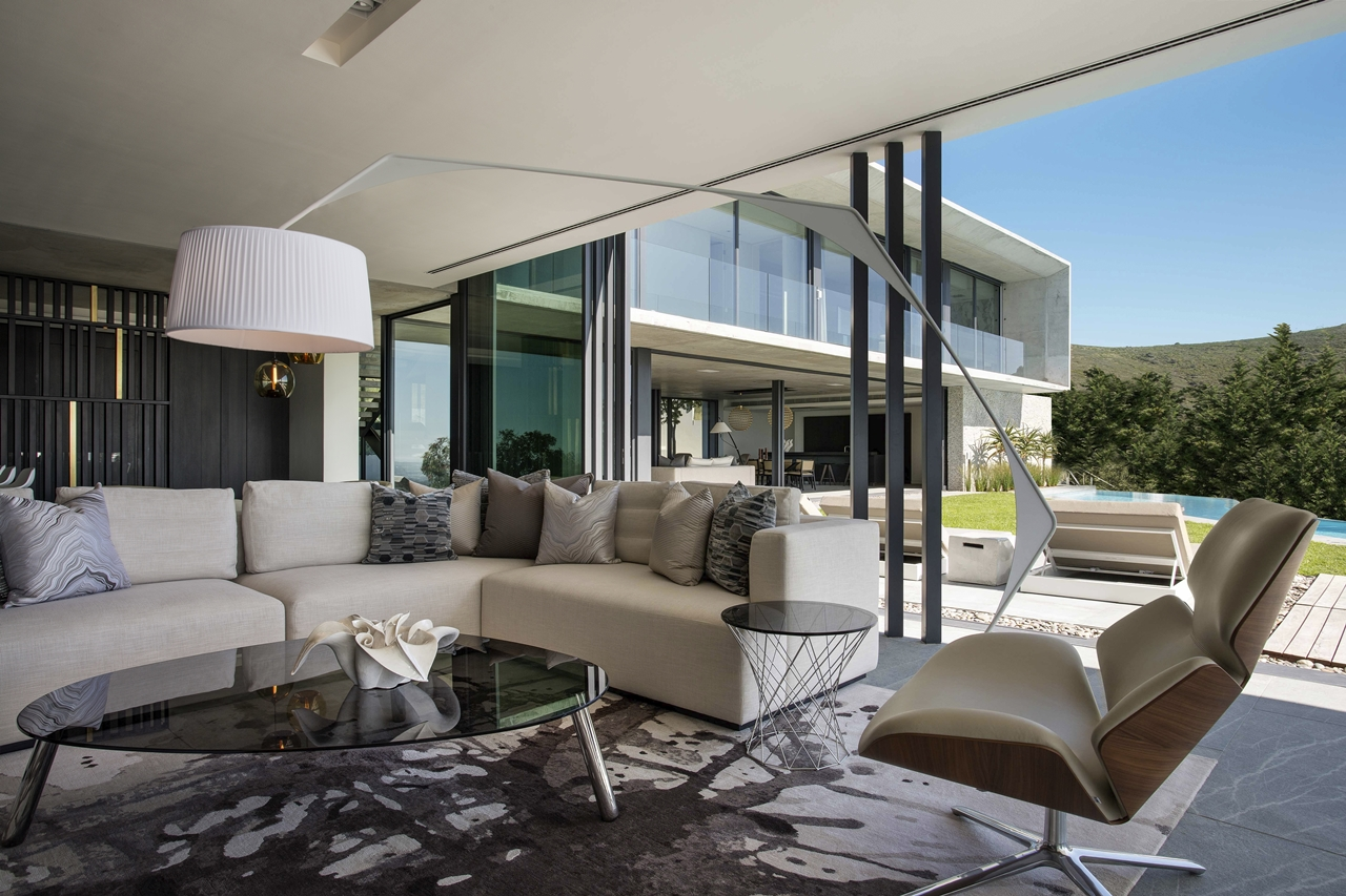 Concrete and glass house modern city villa by arrcc for Disenos de casas modernas por dentro