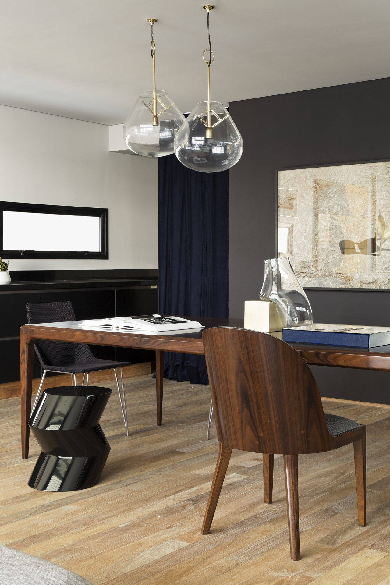 Wooden table ans chair in Itacolomi 445 apartment by Diego Revollo