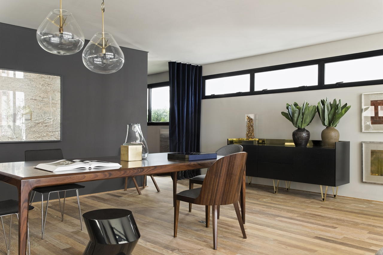 Wooden dining table in Itacolomi 445 apartment by Diego Revollo