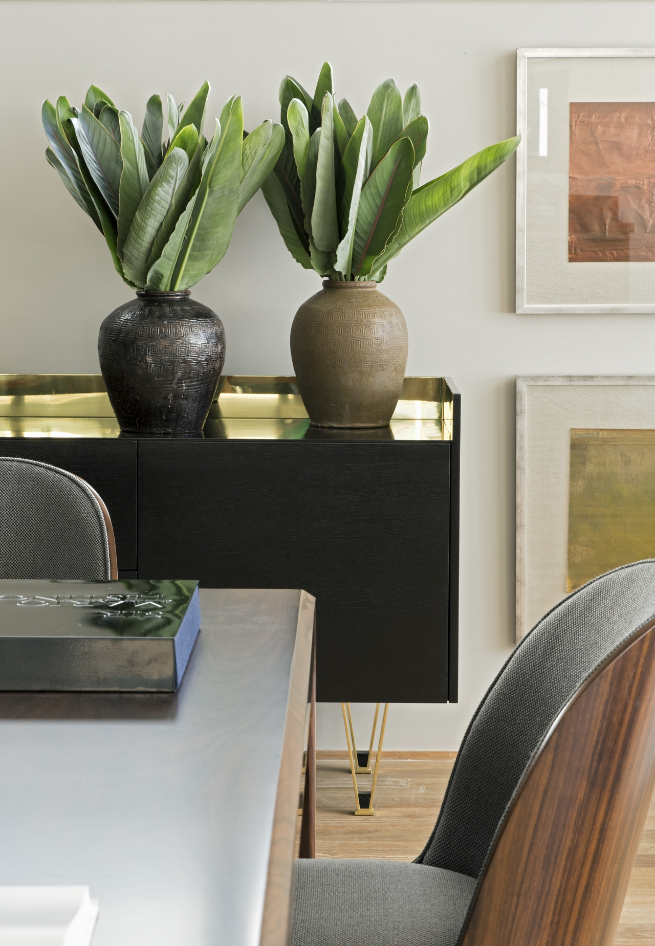 Table and chair in Itacolomi 445 apartment by Diego Revollo