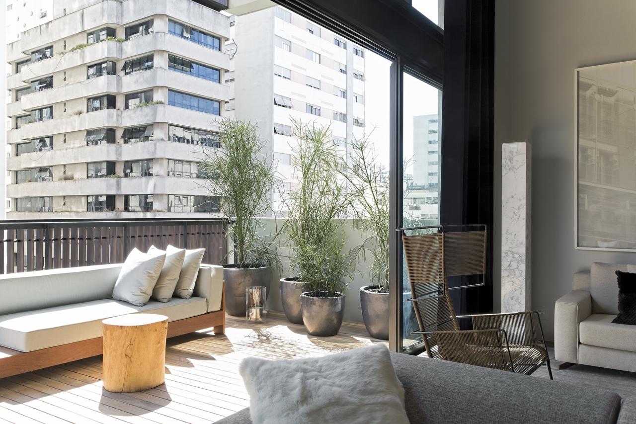 Balcony exit in Itacolomi 445 apartment by Diego Revollo