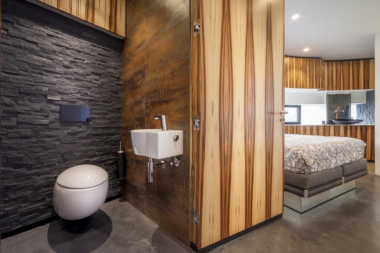 modern bathroom in round house by 123DV