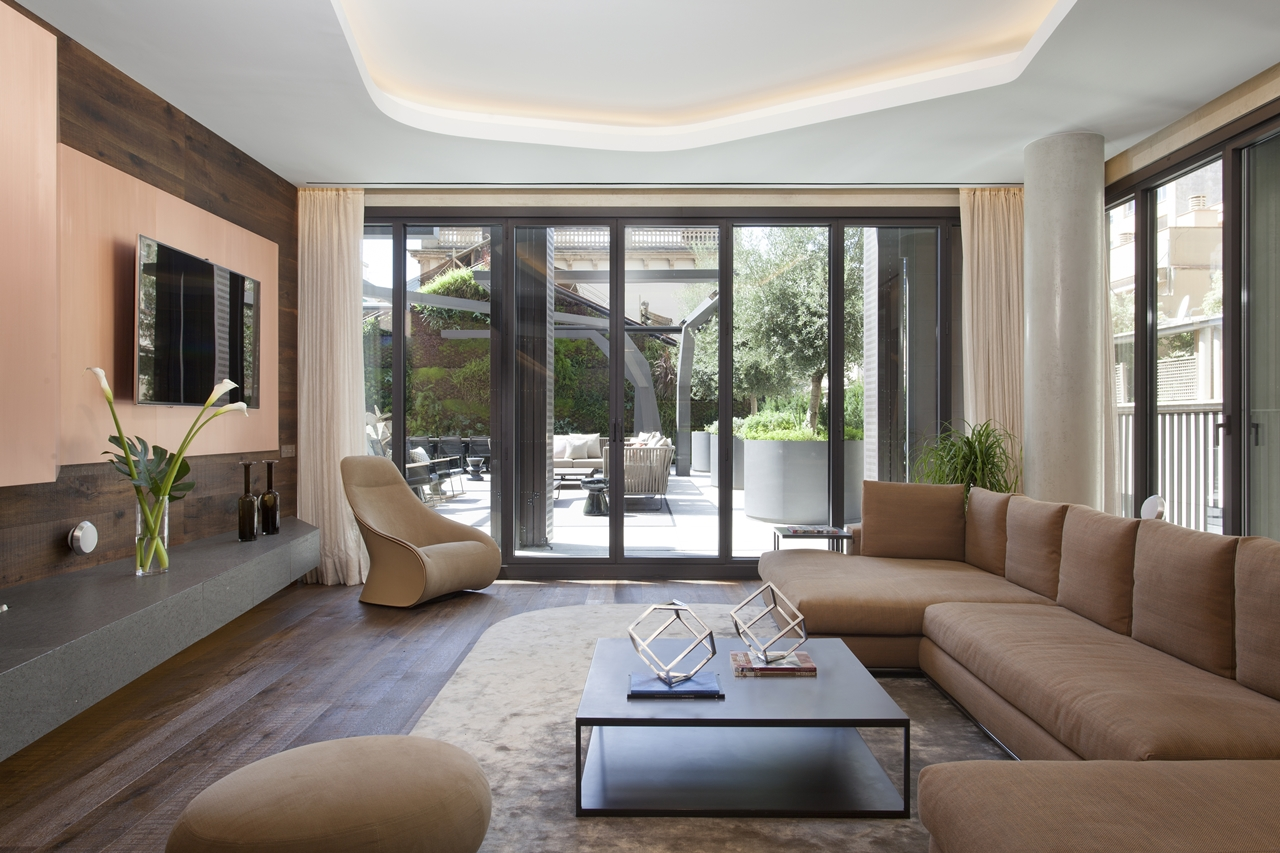 Sitting room in Barcelona apartment by ARRCC