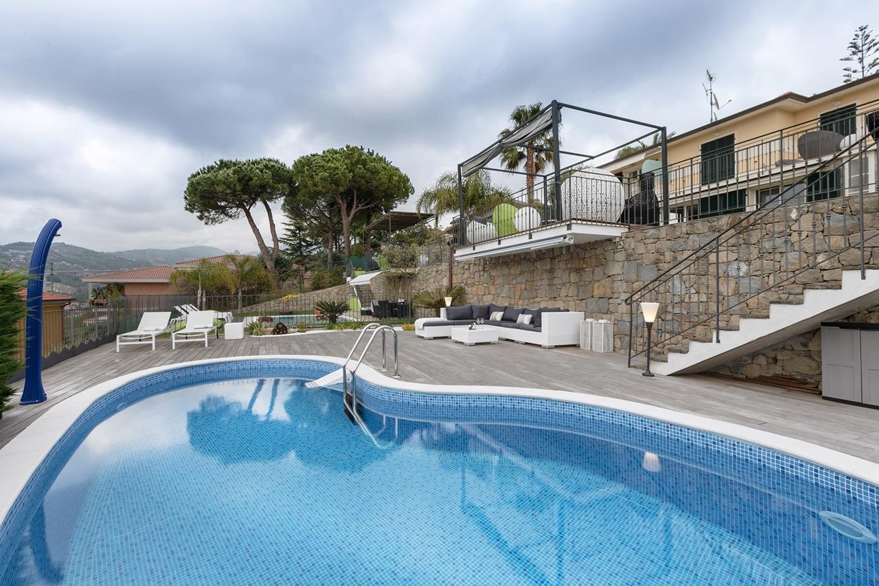 Swimming pool of modern villa by NG Studio