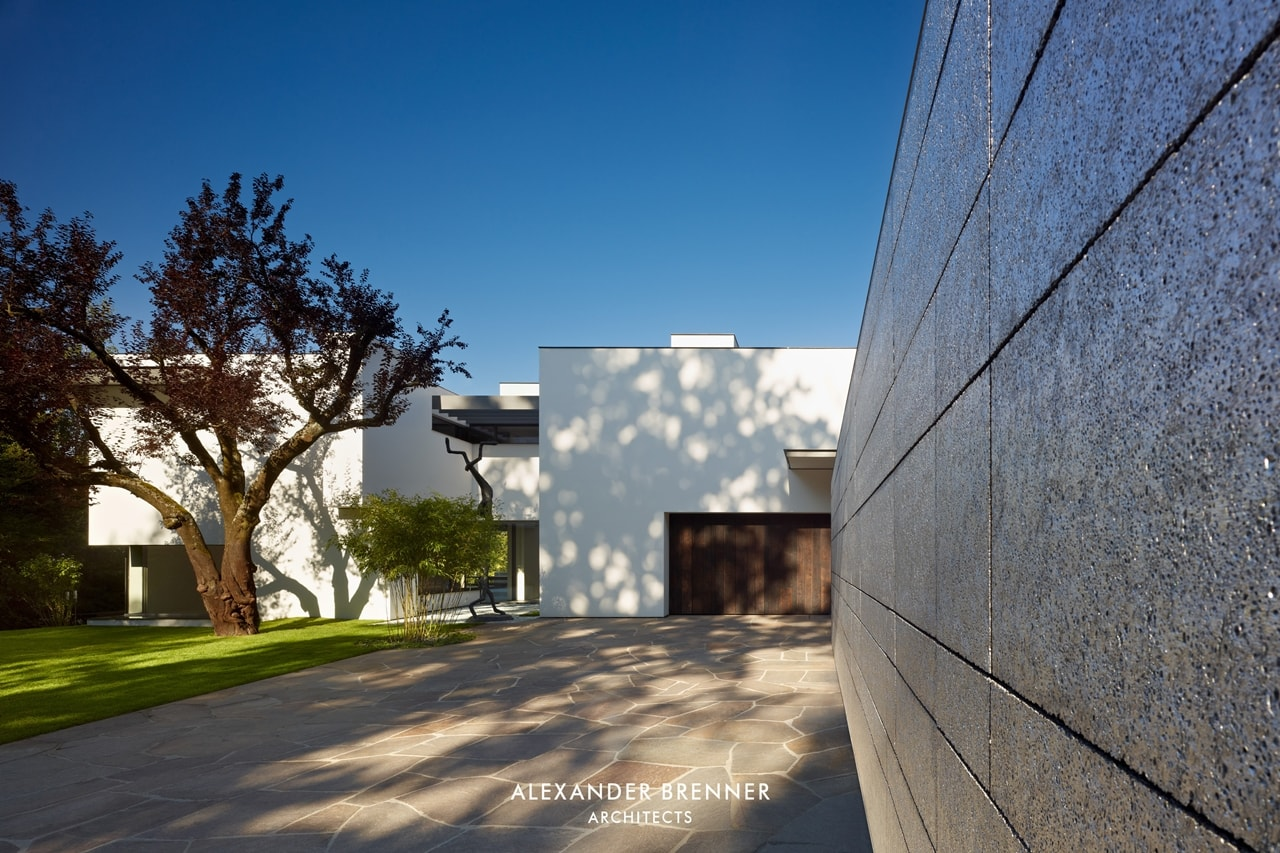 Driveway of the modern villa by by Alexander Brenner