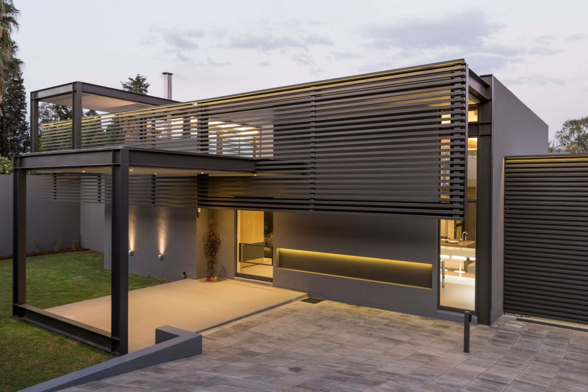 Modern facade in House Sar by Nico van der Meulen Architects