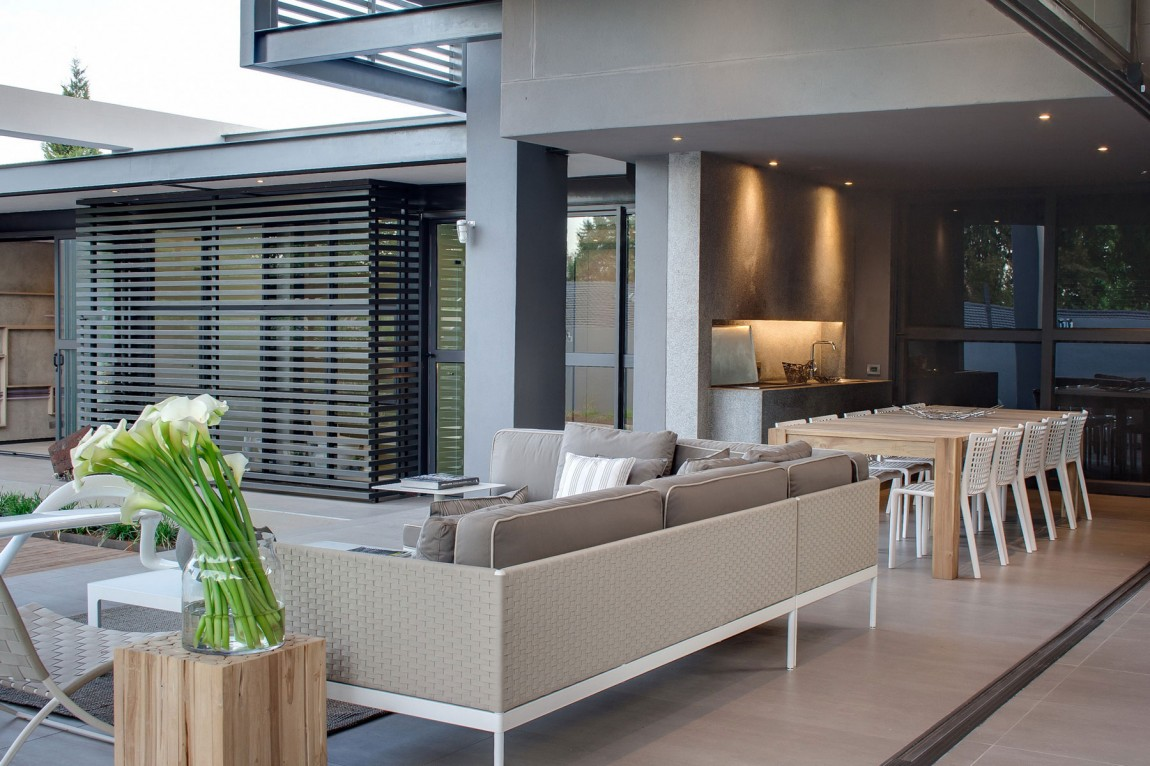 Terrace furniture in House Sar by Nico van der Meulen Architects