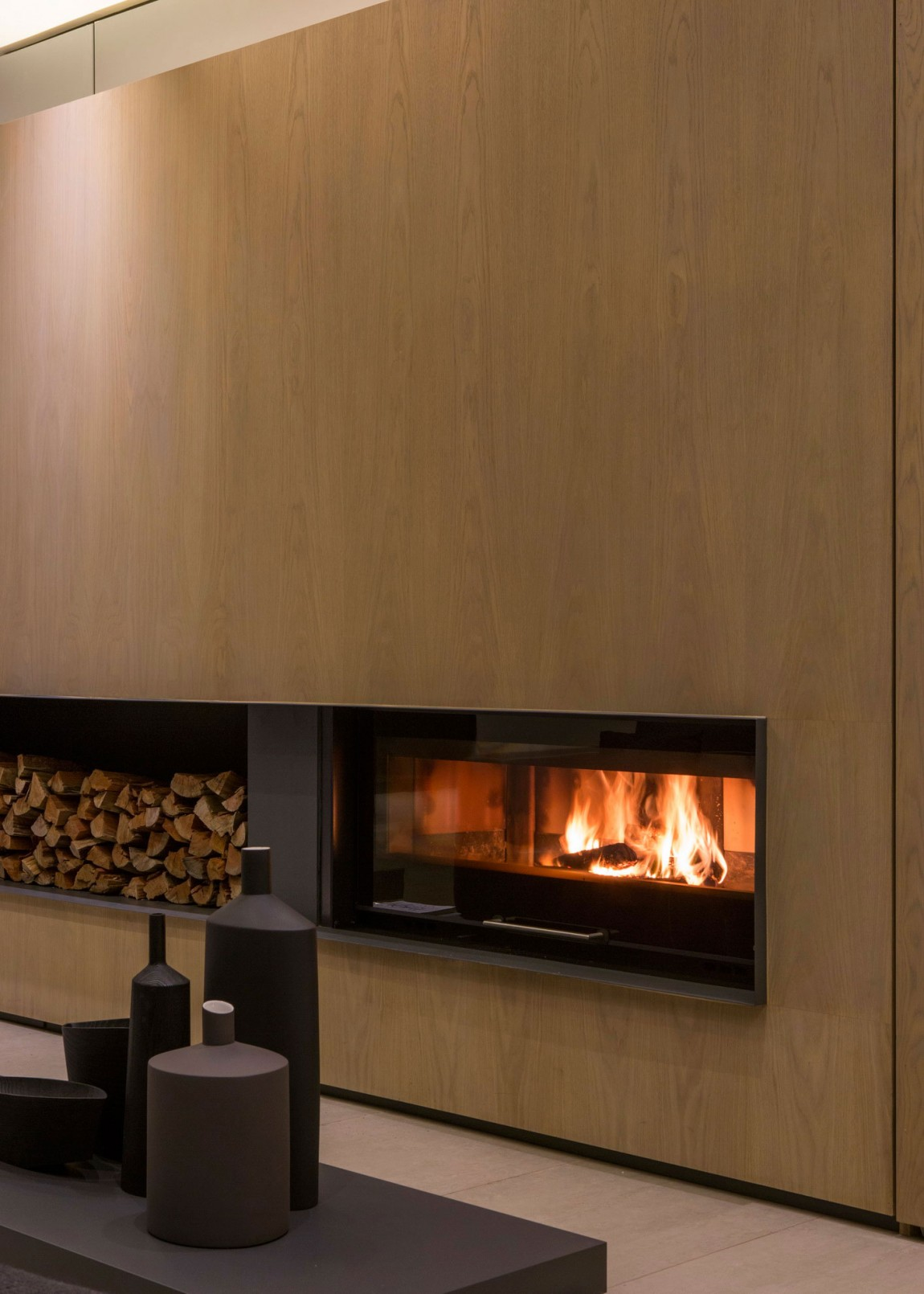Modern fireplace in House Sar by Nico van der Meulen Architects