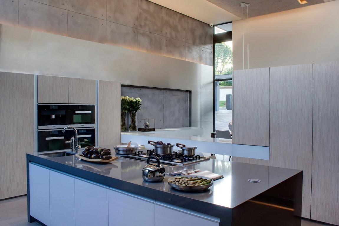 Modern kitchen inHouse Sar by Nico van der Meulen Architects