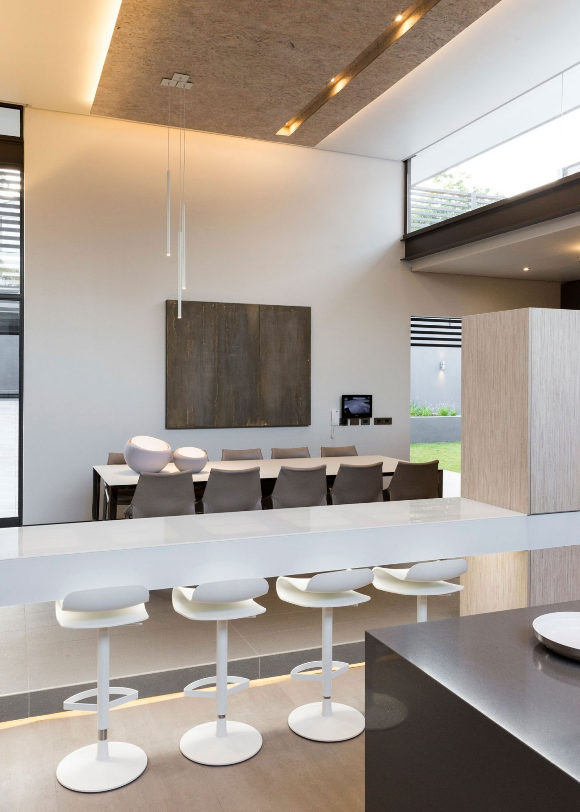 Modern kitchen furniture in House Sar by Nico van der Meulen Architects