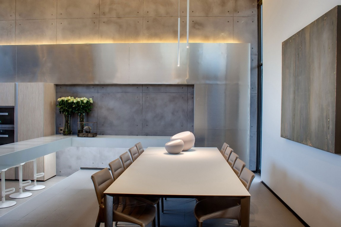 Modern dining room in House Sar by Nico van der Meulen Architects