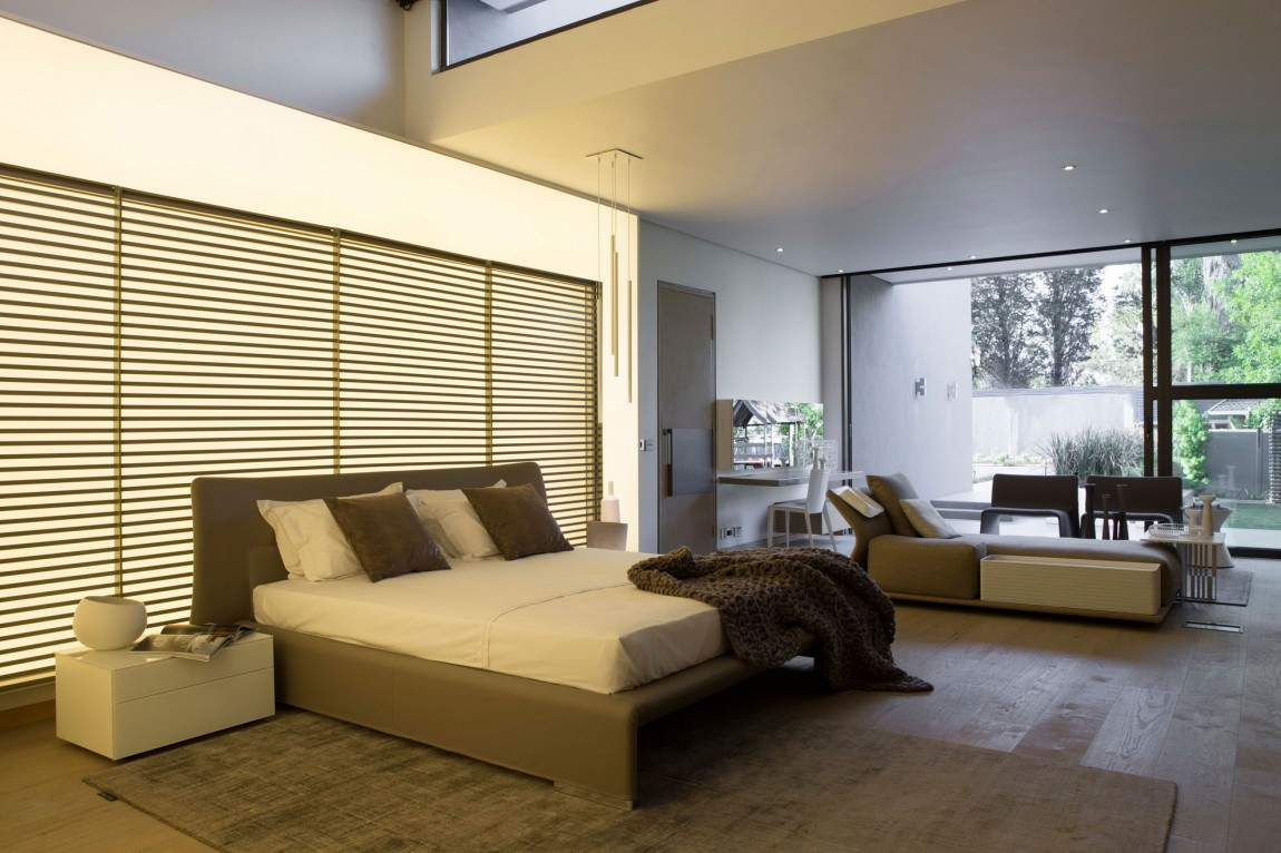 Master bedroom in House Sar by Nico van der Meulen Architects