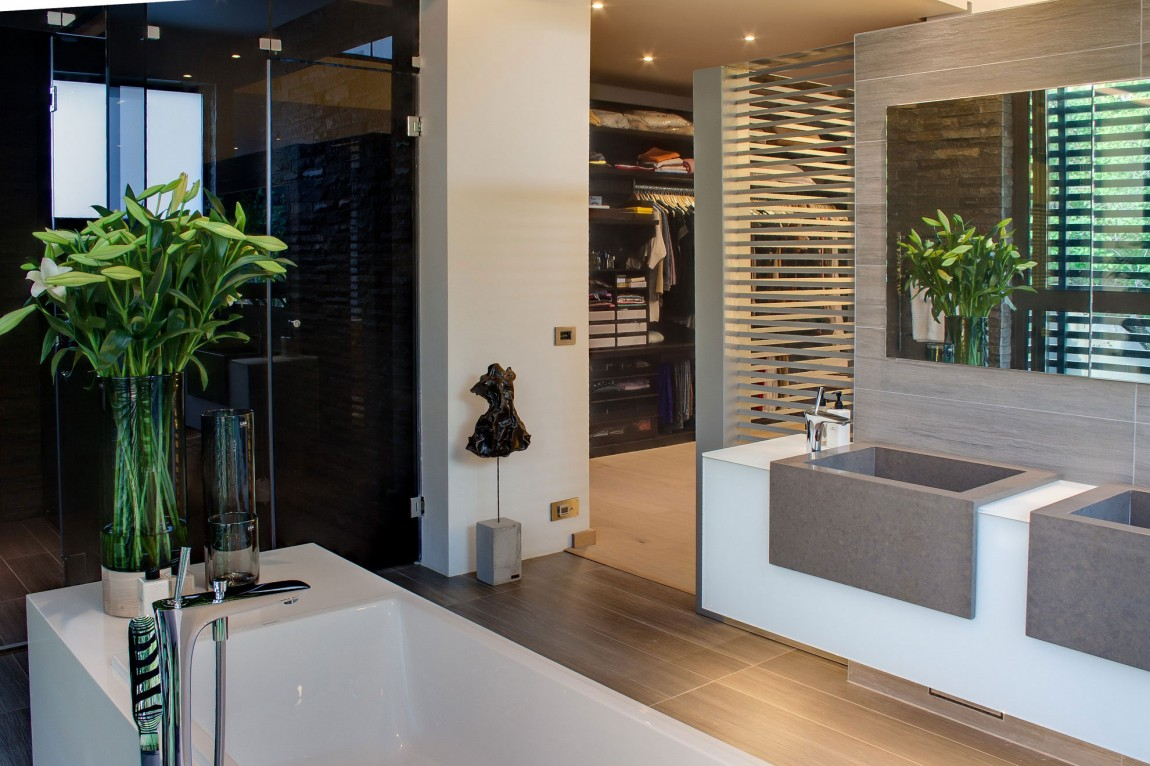 Beautiful bathroom in House Sar by Nico van der Meulen Architects