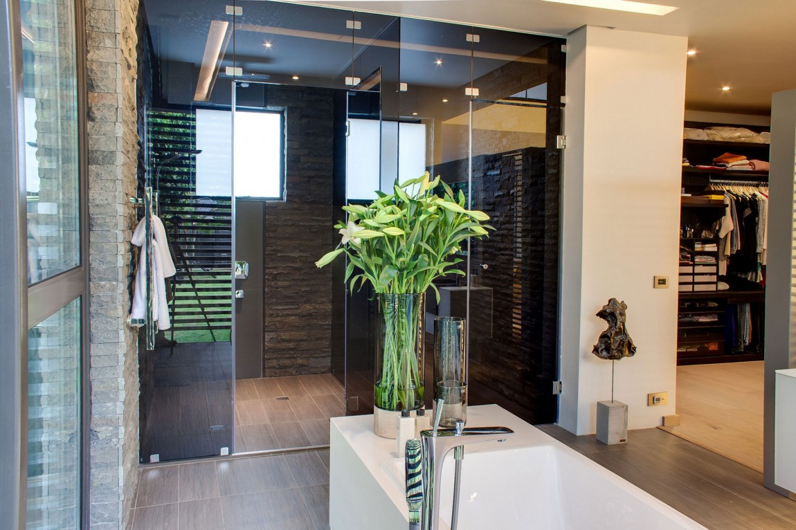Bathroom in House Sar by Nico van der Meulen Architects