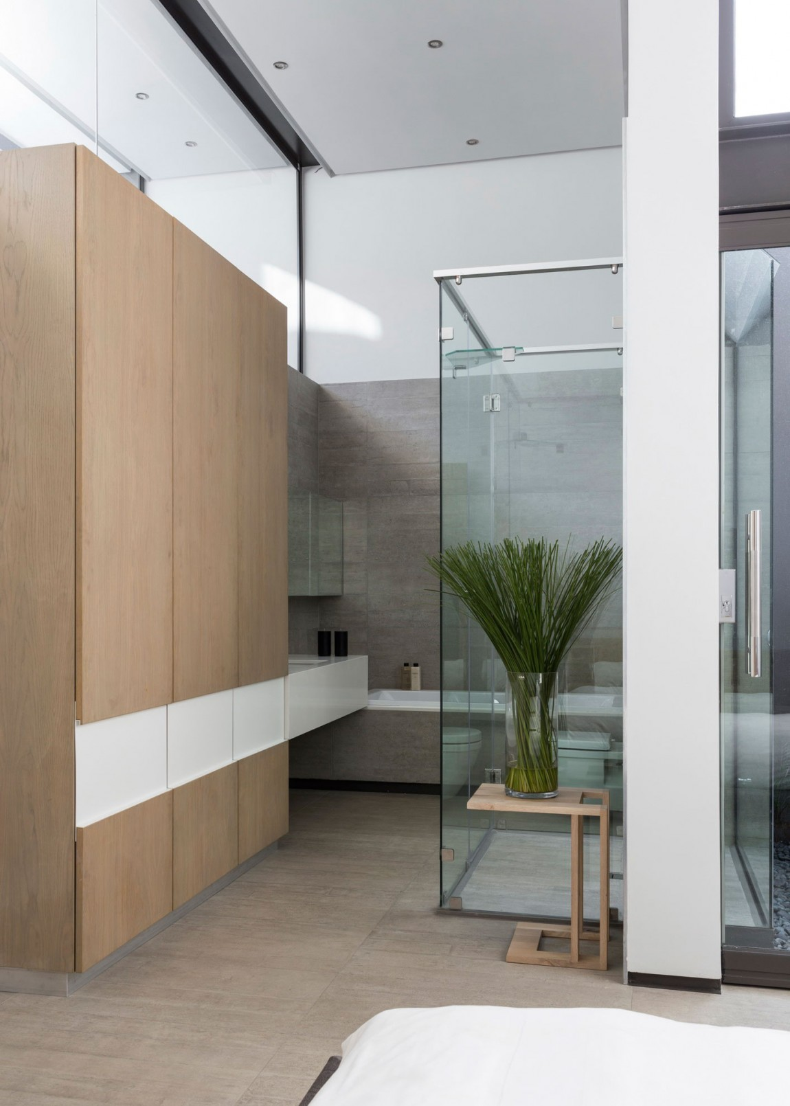 Modern bathroom in House Sar by Nico van der Meulen Architects