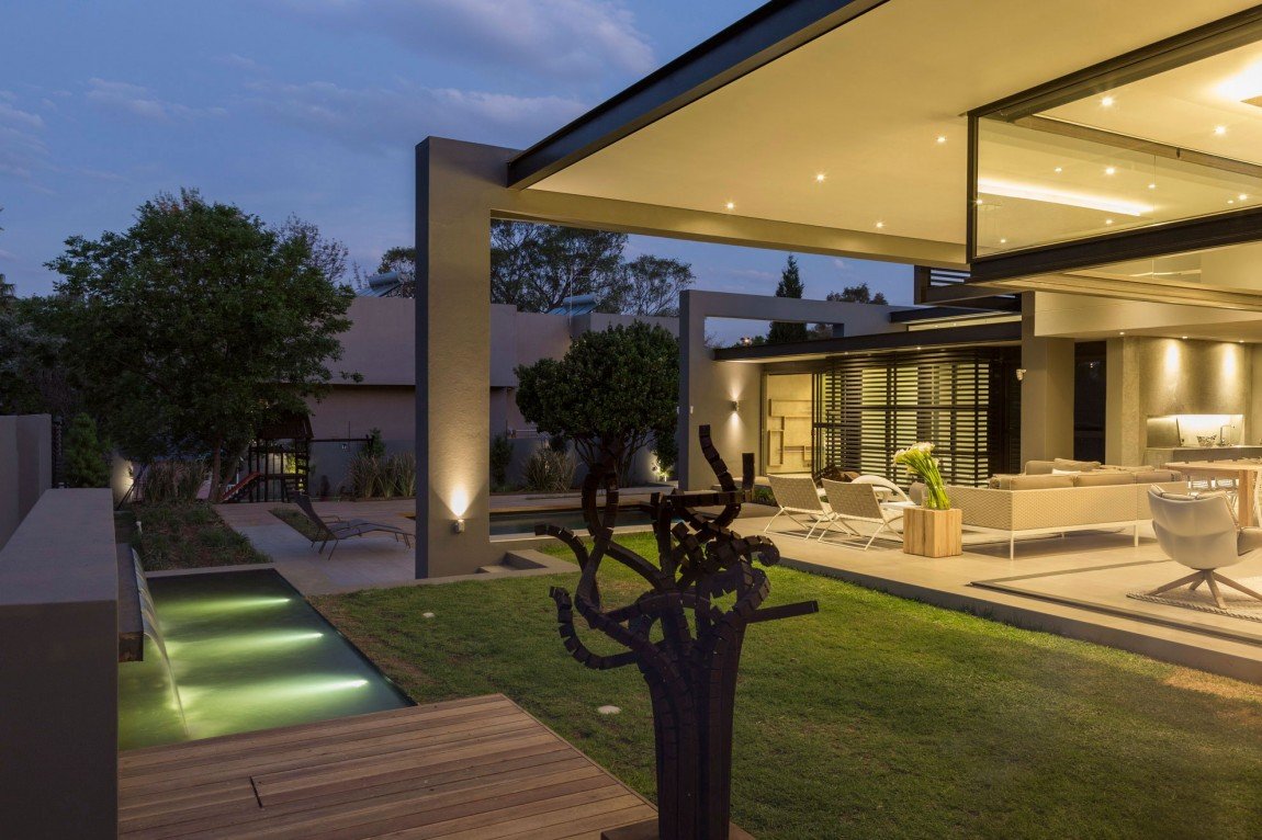 Backyard in House Sar by Nico van der Meulen Architects