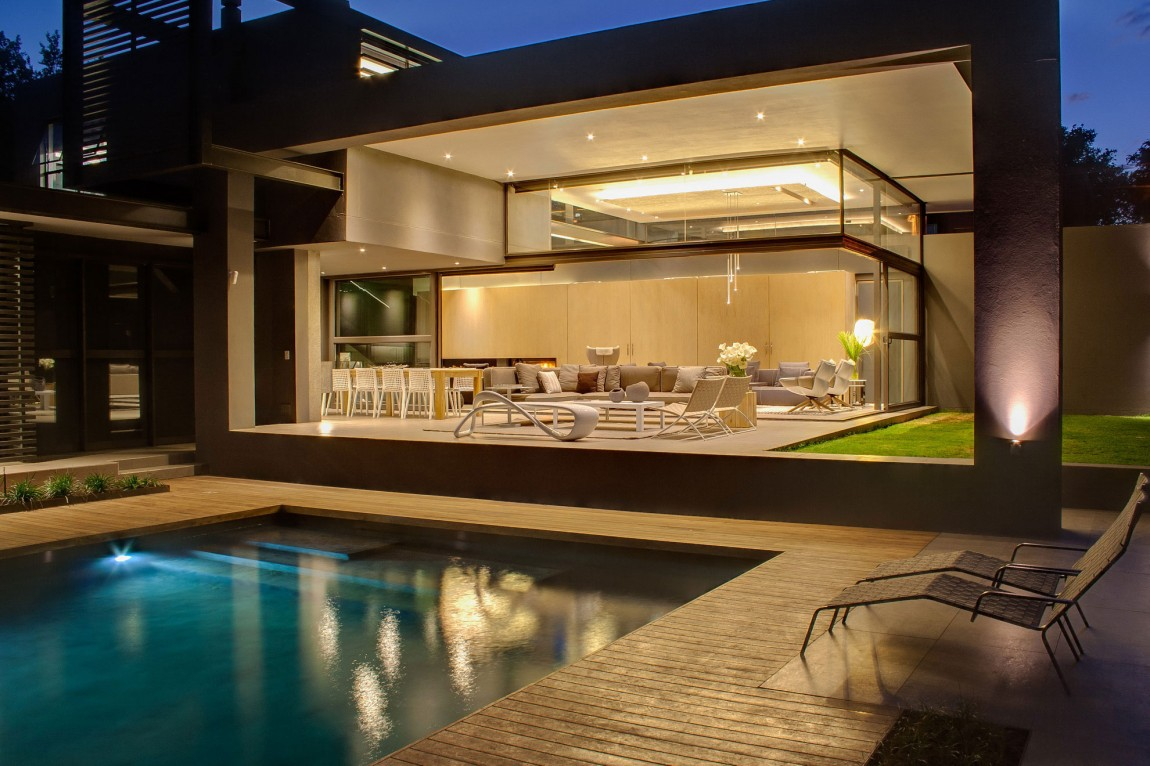 Terrace by the pool in House Sar by Nico van der Meulen Architects