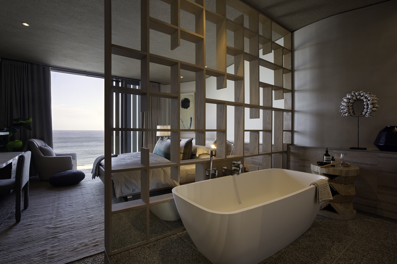 Modern bathroom in modern home with wooden facade by SAOTA