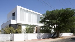 White facade of modern LB house by Shachar Rozenfeld Architects