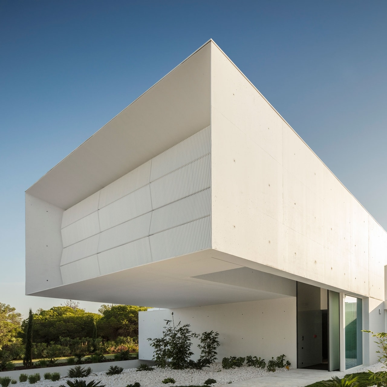 Front Facade Design Of An Imposing Modern House By Visioarq