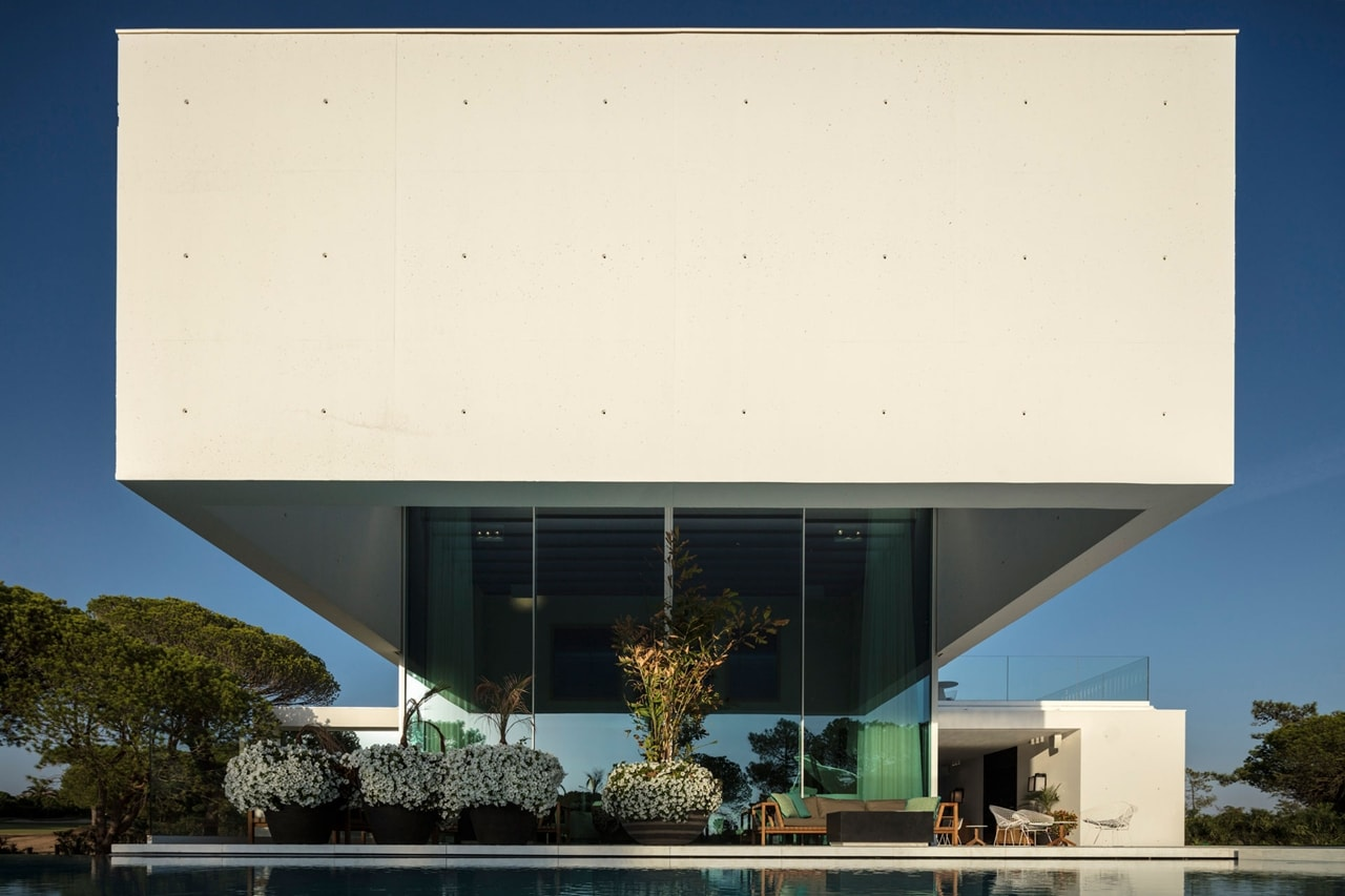 Front facade design of an imposing modern house by Visioarq ...