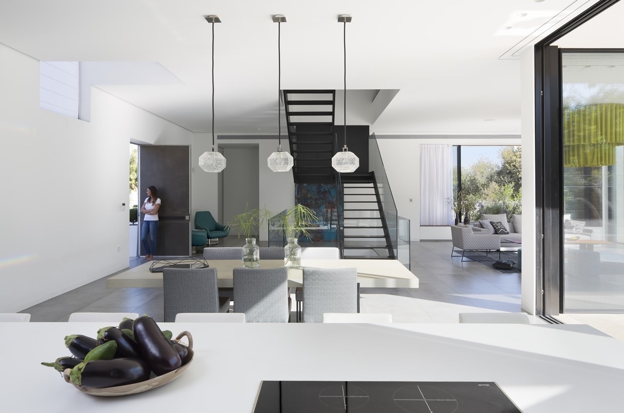 Modern dining room in simple modern home by Sachar-Rozenfeld Architects