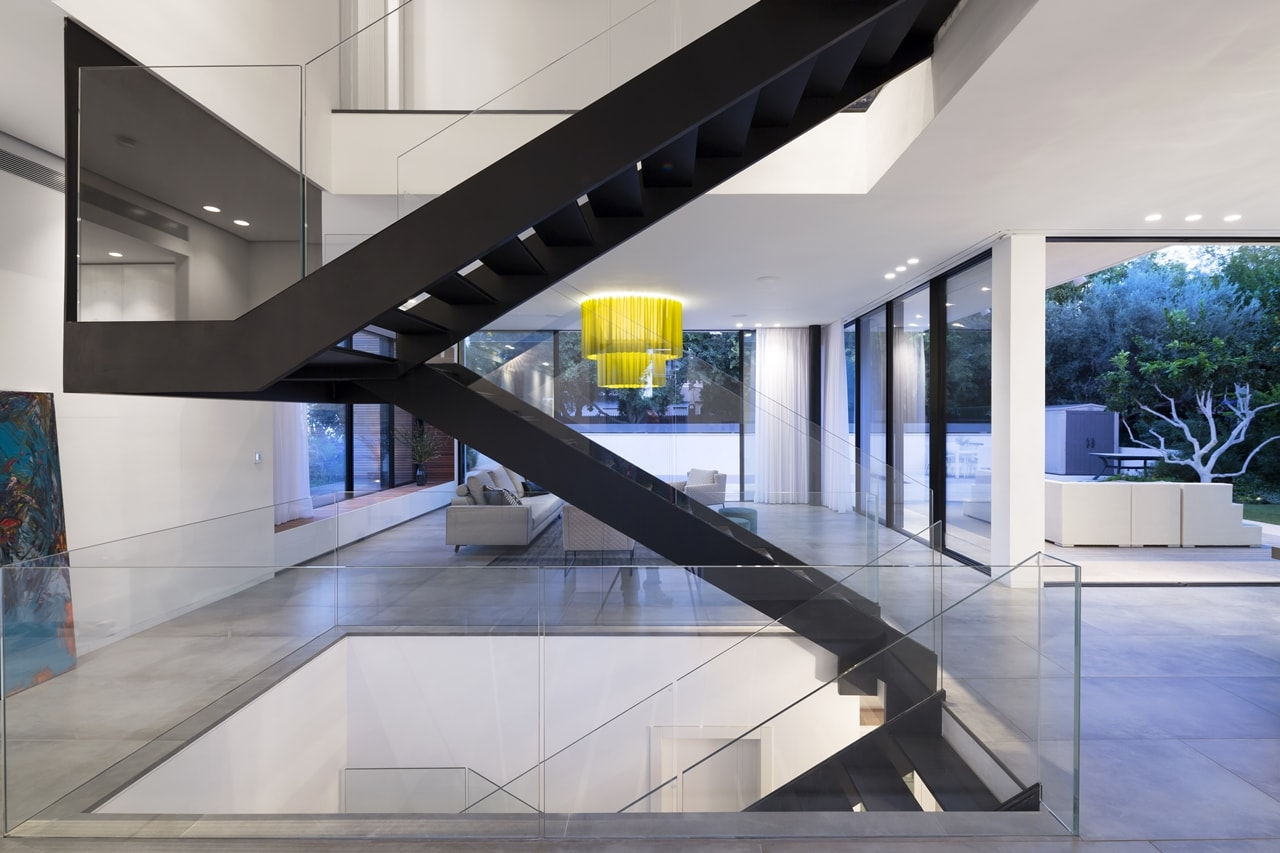 Floating stairs in simple modern home by Sachar-Rozenfeld Architects