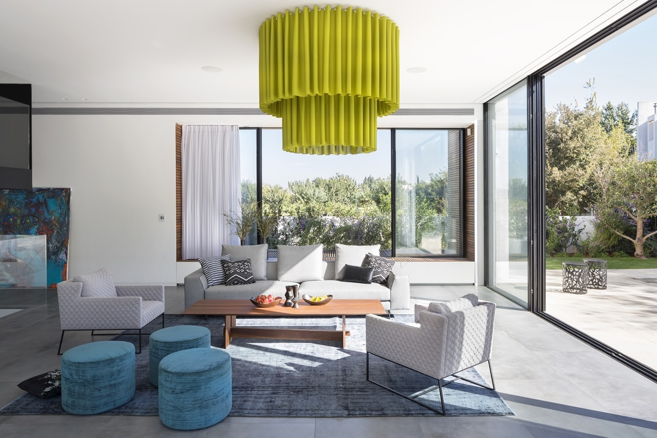 Modern living room in simple modern home by Sachar-Rozenfeld Architects