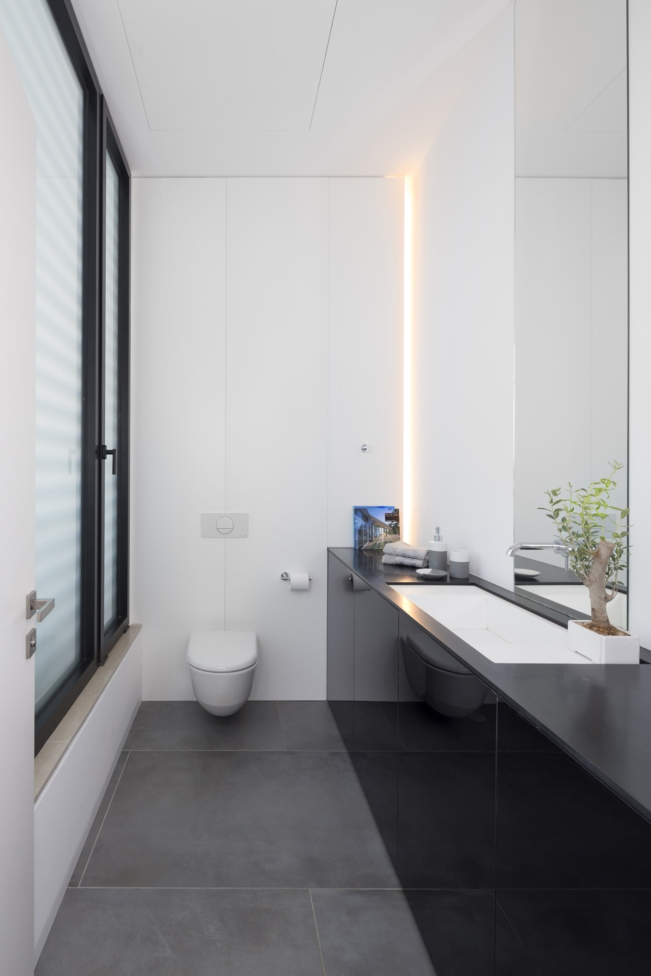 Small bathroom in simple modern home by Sachar-Rozenfeld Architects