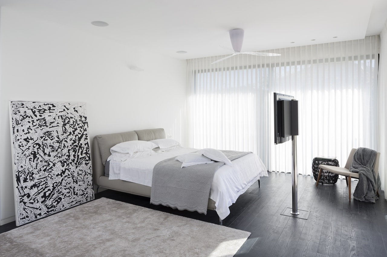 White and grey modern bedroom in modern home by Sachar-Rozenfeld Architects